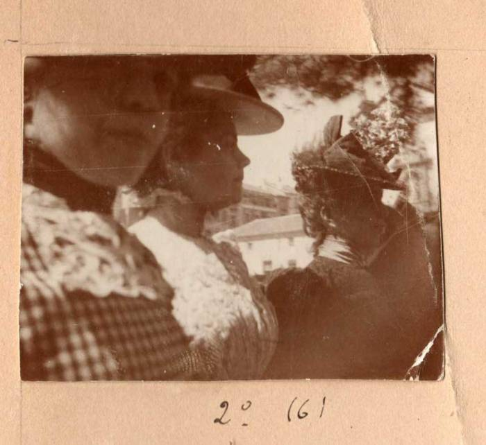 Amós y Miguel Salvador Carreras. Jóvenes en la calle de Alcalá. Madrid. c. 1896-1901. Copia positiva de época. 4,8x3,8 cm. Colección particular